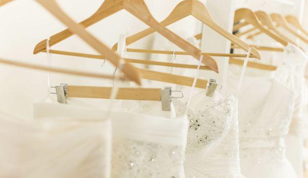 Faut-il montrer sa robe de mariée avant le mariage?