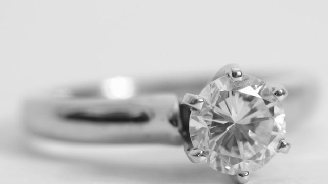 bague-de-fiancailles-diamant-solitaire